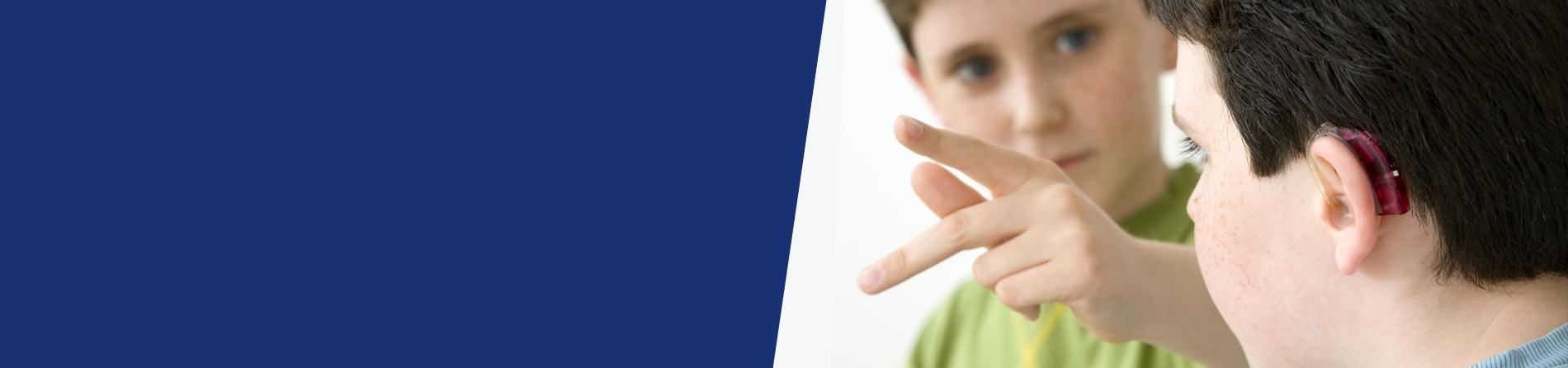 Deux enfants parlent en langage des signes
