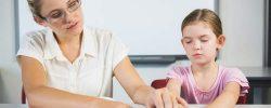 Enseignante avec un enfant atteint d'un handicap visuel